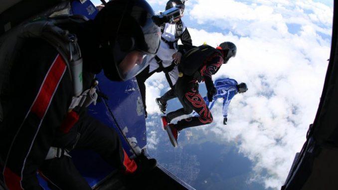 Skoki spadochronowe – niecodzienny pomysł ma imprezę w męskim gronie