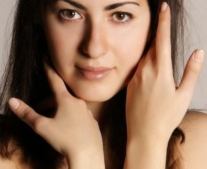 Błyszcząca skóra twarzy - jak temu zaradzić