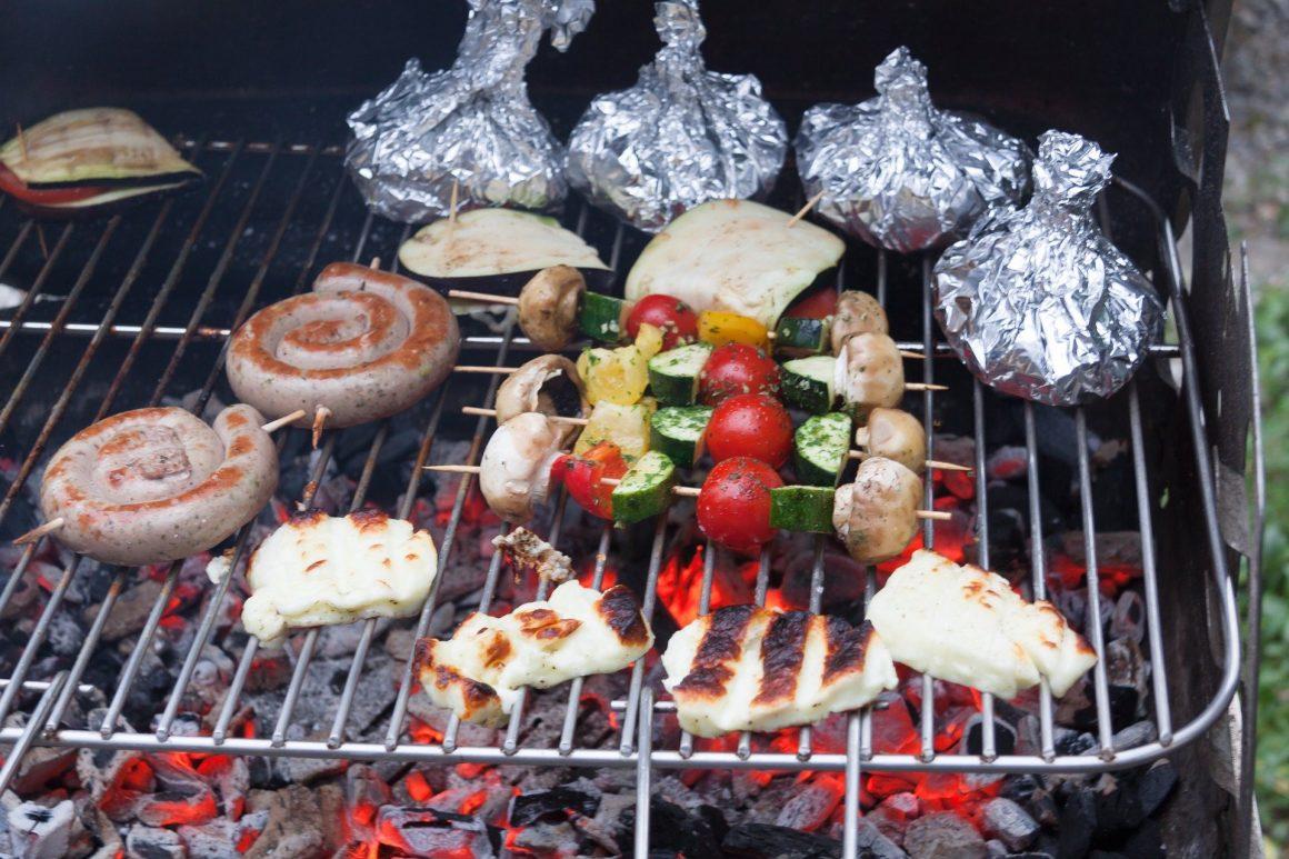 Różnorodne smakowitości z grilla