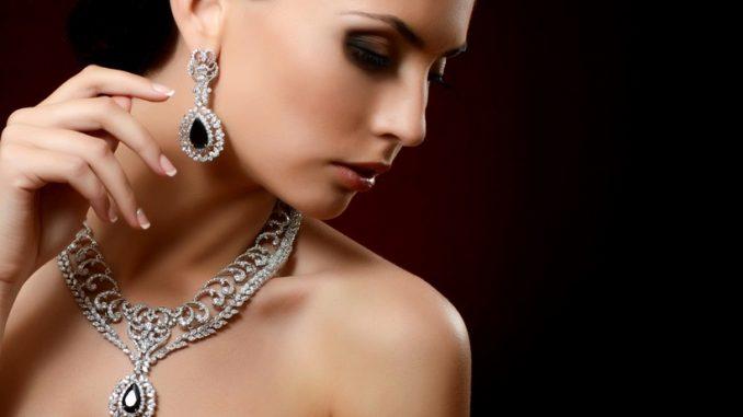 Jak dobierać i kupować biżuterię na prezent - poradnik dla mężczyzn