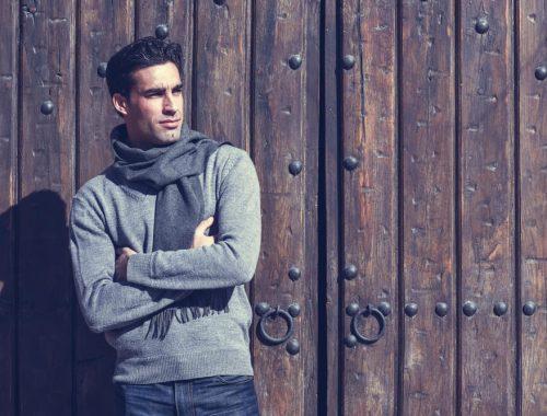 Z czym łączyć swetry męskie?