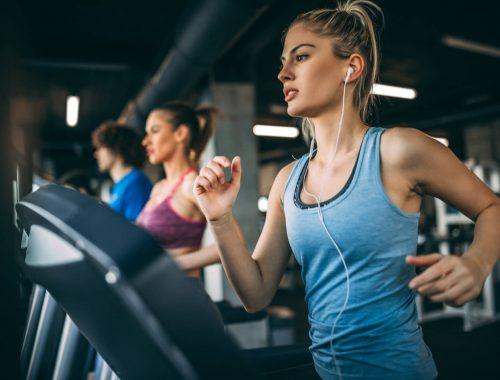 Jaka koszulka sprawdzi się lepiej na siłowni?