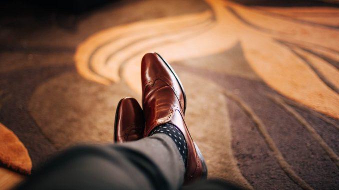 Jak wybrać ciekawie prezentujące się pantofle dla mężczyzn?
