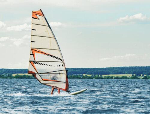 Windsurfing- czym jest, rodzaje, jak zacząć?
