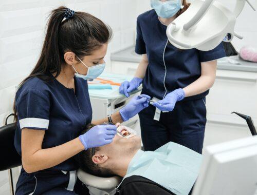 Czym zajmuje się chirurg stomatologiczny?